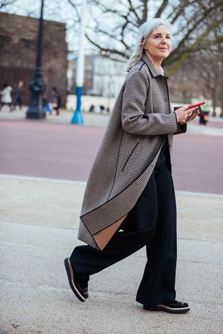 Comment porter un manteau écossais marron: Porte un manteau écossais marron et un pantalon flare noir pour achever un style chic et glamour. Cette tenue est parfait avec une paire de des chaussures brogues en daim noires.