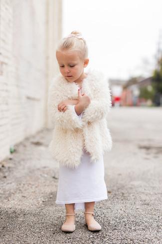 Comment porter: manteau en fourrure blanc, robe blanche, ballerines beiges