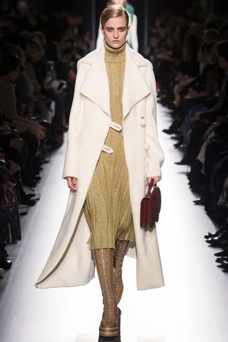 Comment porter: manteau en peau de mouton retournée blanc, robe-pull dorée, bottes hauteur genou en cuir marron clair, sac à main en cuir rouge