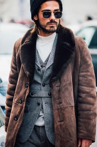Comment porter: manteau en peau de mouton retournée marron, blazer en laine gris, gilet en laine gris, pull à col roulé blanc