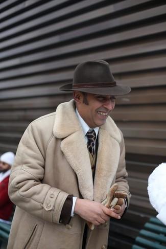Comment porter: manteau en peau de mouton retournée beige, blazer marron foncé, gilet en laine olive, chemise de ville blanche