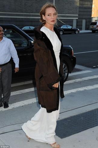 Manteau en peau de mouton retournee brun fonce robe longue blanche sandales a talons elastiques beiges large 22786
