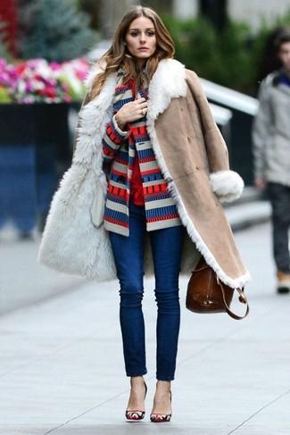 Comment porter: manteau en peau de mouton retournée beige, cardigan à rayures horizontales blanc et rouge et bleu marine, chemisier boutonné rouge, jean skinny bleu marine