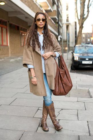 Comment porter: manteau en peau de mouton retournée beige, chemise de ville bleu clair, t-shirt à col rond blanc, jean skinny bleu clair