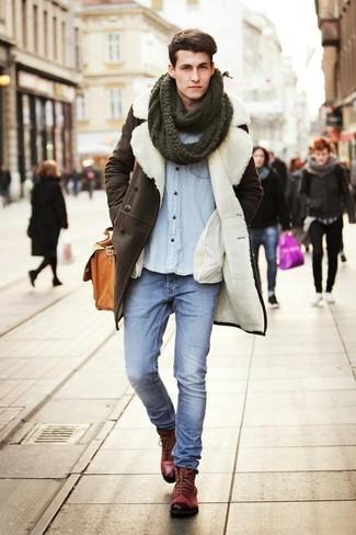 Comment porter: manteau en peau de mouton retournée marron foncé, chemise en jean bleu clair, jean bleu clair, bottes de loisirs en cuir bordeaux