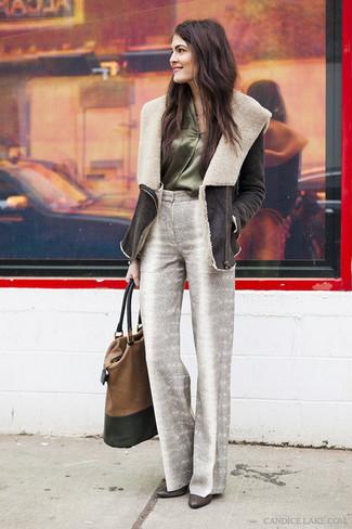 Comment porter: manteau en peau de mouton retournée marron foncé, chemisier boutonné en soie vert foncé, pantalon large imprimé gris, escarpins en cuir marron foncé