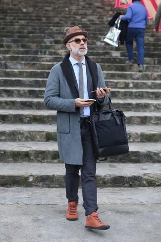 Comment porter: manteau en peau de mouton retournée gris, costume en laine gris foncé, chemise de ville bleu clair, baskets montantes en daim tabac