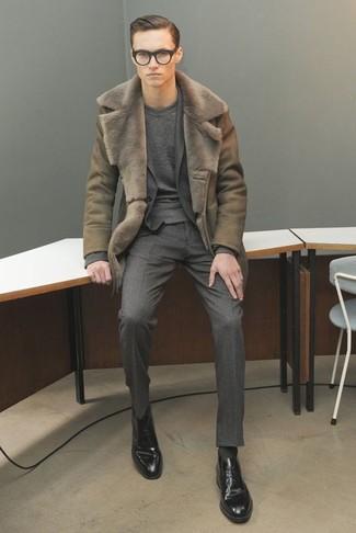 Comment porter: manteau en peau de mouton retournée olive, costume en laine gris foncé, pull à col rond gris foncé, chaussures derby en cuir noires