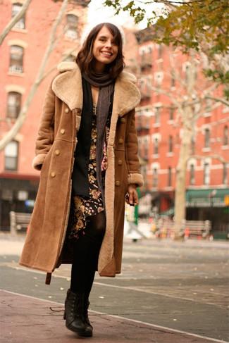 Comment porter: manteau en peau de mouton retournée marron, gilet noir, robe fourreau à fleurs noire, bottines à lacets en cuir noires