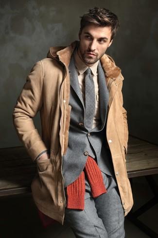 Comment porter: manteau en peau de mouton retournée marron clair, costume en laine gris, chemise de ville beige, cravate en laine á pois grise