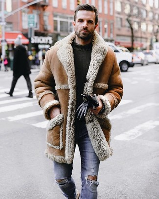 Comment porter: manteau en peau de mouton retournée marron clair, pull à col rond en tricot olive, jean skinny déchiré bleu, gants en cuir noirs