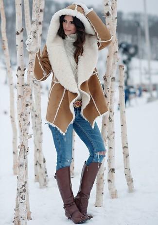 Comment porter: manteau en peau de mouton retournée marron, pull à col roulé en tricot blanc, jean skinny déchiré bleu, bottes hauteur genou en cuir marron foncé