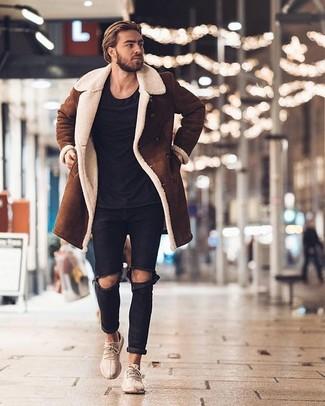 Comment porter: manteau en peau de mouton retournée marron, t-shirt à col rond noir, jean déchiré noir, chaussures de sport beiges