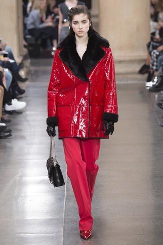 Comment porter des bottines en cuir bordeaux en hiver: Essaie d'harmoniser un manteau en peau de mouton retournée rouge avec un pantalon large rouge pour se sentir en toute confiance et être à la mode. Une paire de des bottines en cuir bordeaux est une option avisé pour complèter cette tenue. En bref, cette tenue d'hiver est superbe.