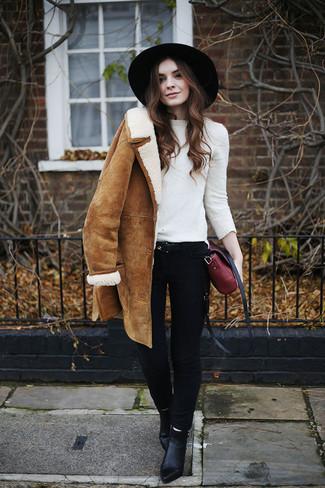 Comment porter un pull à col rond blanc: Pour une tenue de tous les jours pleine de caractère et de personnalité pense à associer un pull à col rond blanc avec un jean skinny noir. Une paire de des bottines en cuir noires est une option parfait pour complèter cette tenue.