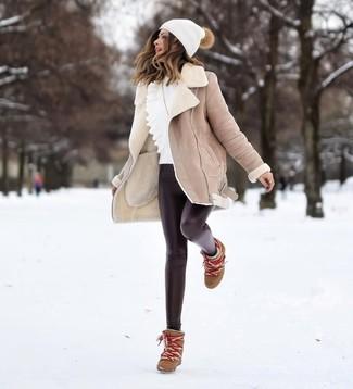 Comment porter des leggings en cuir noirs: Opte pour un manteau en peau de mouton retournée beige avec des leggings en cuir noirs et tu auras l'air d'une vraie poupée. Une paire de des bottines compensées en cuir marron est une option astucieux pour complèter cette tenue.