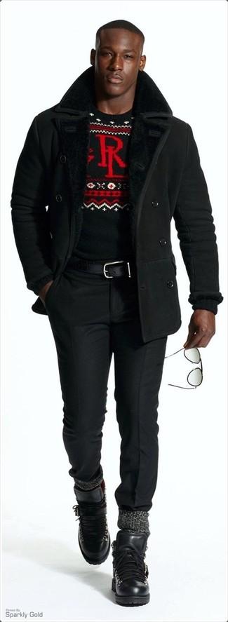 Comment porter un pantalon de costume noir: Marie un manteau en peau de mouton retournée noir avec un pantalon de costume noir pour un look classique et élégant. Décoince cette tenue avec une paire de des bottes de travail en cuir noires.