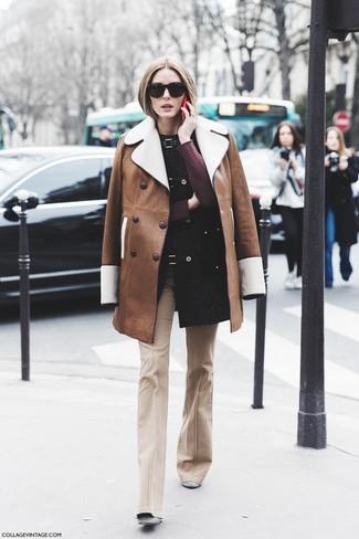 Comment porter: manteau en peau de mouton retournée marron, pull à col rond bordeaux, pantalon flare beige, bottines en daim grises