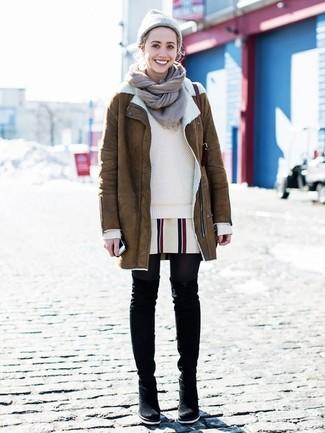 Comment porter des cuissardes en daim noires: Harmonise un manteau en peau de mouton retournée marron avec un pull à col rond beige pour un déjeuner le dimanche entre amies. Termine ce look avec une paire de des cuissardes en daim noires.