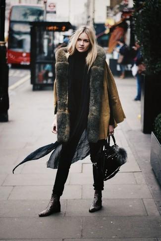 Associer un manteau en peau de mouton retournée brun clair et une écharpe noire femmes Acne Studios créera un look pointu et élégant. Une paire de des bottines en cuir brunes foncées s'intégrera de manière fluide à une grande variété de tenues.