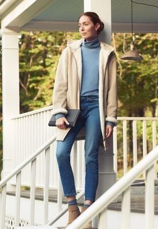 Comment porter un pull à col roulé bleu clair: Harmonise un pull à col roulé bleu clair avec un jean bleu pour obtenir un look relax mais stylé. Cette tenue se complète parfaitement avec une paire de des bottines en daim marron clair.