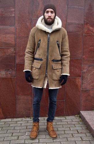 Comment porter: manteau en peau de mouton retournée marron clair, pull à col roulé blanc, jean skinny bleu marine, bottes de loisirs en cuir marron clair