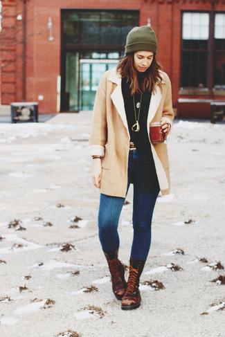 Comment porter: manteau en peau de mouton retournée beige, pull à col roulé noir, jean skinny bleu, bottines plates à lacets en cuir marron foncé
