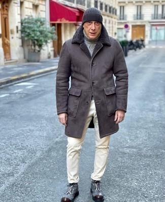Comment porter un pantalon chino en velours côtelé blanc: Pour créer une tenue idéale pour un déjeuner entre amis le week-end, choisis un manteau en peau de mouton retournée gris foncé et un pantalon chino en velours côtelé blanc. Une paire de bottes de loisirs en toile grises est une option astucieux pour complèter cette tenue.