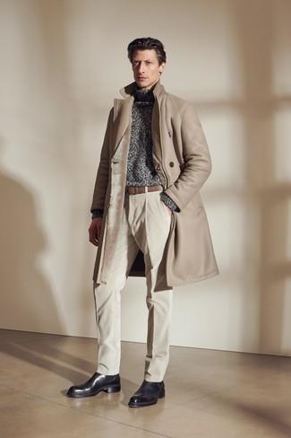 Comment s'habiller en hiver: Choisis un manteau en peau de mouton retournée marron clair et un pantalon chino en velours côtelé beige pour une tenue idéale le week-end. Transforme-toi en bête de mode et fais d'une paire de bottines chelsea en cuir noires ton choix de souliers. C'est un style que pourrais très bien porter cet hiver. Nous adorons beaucoup.