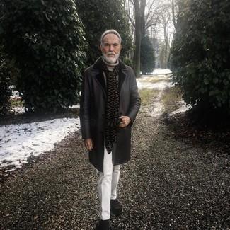 Comment porter: manteau en peau de mouton retournée noir, pull à col roulé en tricot beige, pantalon de costume blanc, bottines chelsea en daim marron foncé