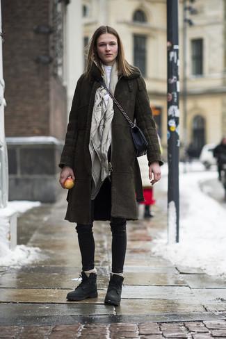Comment porter: manteau en peau de mouton retournée olive, pull à col roulé blanc, pantalon slim en cuir noir, bottines plates à lacets en cuir noires
