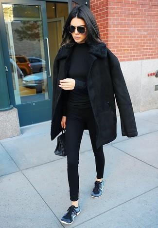 Comment porter: manteau en peau de mouton retournée noir, pull à col roulé noir, pantalon slim noir, chaussures de sport bleu marine