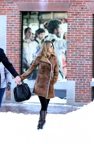 Comment porter des bottes hauteur genou en cuir noires: Choisis un manteau en peau de mouton retournée marron et un pantalon slim noir pour aller au bureau. Une paire de des bottes hauteur genou en cuir noires est une option avisé pour complèter cette tenue.