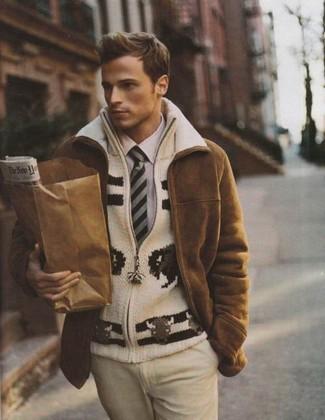 Comment porter: manteau en peau de mouton retournée marron, pull à fermeture éclair en tricot beige, chemise de ville violet clair, pantalon de costume beige