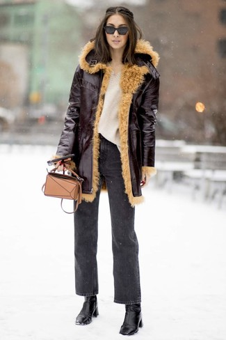 Comment porter: manteau en peau de mouton retournée bordeaux, pull surdimensionné en tricot beige, jean gris foncé, bottines en cuir noires