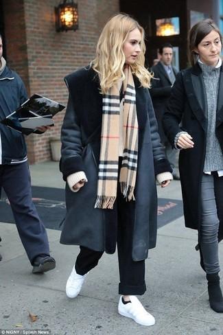 Comment porter: manteau en peau de mouton retournée noir, pull surdimensionné en tricot beige, pantalon large noir, baskets basses en cuir blanches