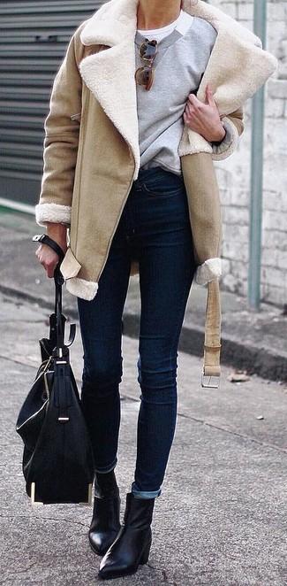 Comment porter un jean skinny bleu marine: Essaie d'associer un manteau en peau de mouton retournée marron clair avec un jean skinny bleu marine pour achever un style chic et glamour. Une paire de des bottines en cuir noires est une option astucieux pour complèter cette tenue.