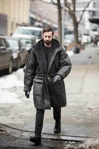 Comment porter un t-shirt à col rond noir en hiver: Pour une tenue de tous les jours pleine de caractère et de personnalité marie un t-shirt à col rond noir avec un pantalon chino noir. Jouez la carte classique pour les chaussures et fais d'une paire de des bottes de loisirs en cuir noires ton choix de souliers. Ce look est extra pour l'hiver.