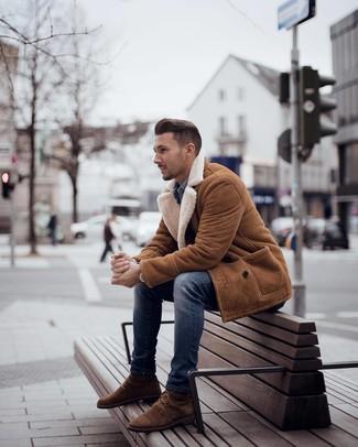Comment porter: manteau en peau de mouton retournée tabac, chemise en jean bleue, jean skinny bleu, bottes de loisirs en daim marron