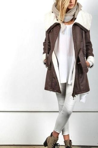 Comment porter un chemisier: Choisis un chemisier et un pantalon slim en cuir blanc pour créer un style chic et glamour. Une paire de des bottines à lacets en daim marron est une option parfait pour complèter cette tenue.