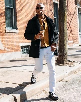 Comment s'habiller en hiver: Associe un manteau en peau de mouton retournée noir avec un jean blanc pour un déjeuner le dimanche entre amis. Jouez la carte classique pour les chaussures et opte pour une paire de slippers en cuir noirs et blancs. Cette tenue est vraiment très hivernale.