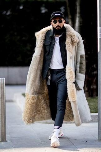 Comment porter: manteau en peau de mouton retournée beige, veste en jean noire, t-shirt à col rond blanc, pantalon de costume noir