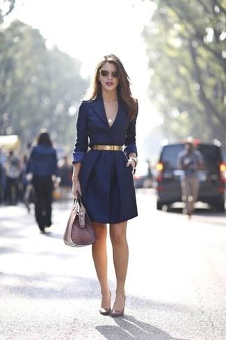 Opte pour un look sophistiqué avec un manteau bleu marine. Une paire de des escarpins en cuir bordeaux s'intégrera de manière fluide à une grande variété de tenues.
