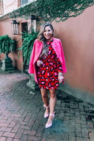 Comment porter: manteau fuchsia, robe droite imprimée léopard rouge, escarpins en toile roses