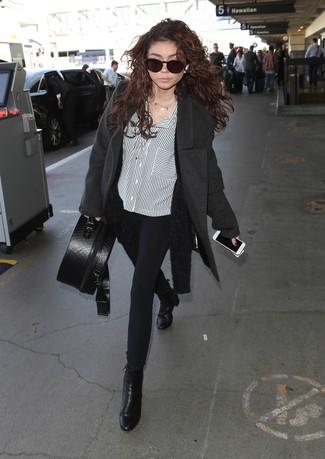 Comment porter: manteau gris foncé, gilet duveteux noir, chemise de ville à rayures verticales blanche et noire, pantalon slim noir