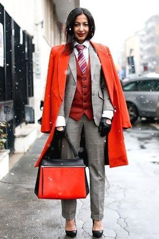 Comment porter: manteau rouge, gilet sans manches rouge, blazer écossais gris, chemise de ville blanche