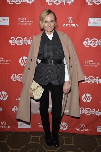 Comment porter: manteau marron clair, gilet sans manches écossais gris foncé, chemise de ville en soie blanche, jean skinny noir