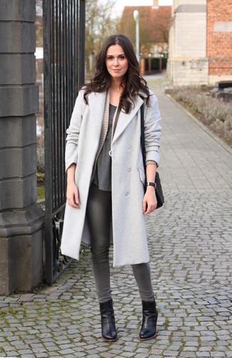 Comment porter: manteau gris, gilet en tricot beige, t-shirt à col rond gris foncé, jean skinny gris