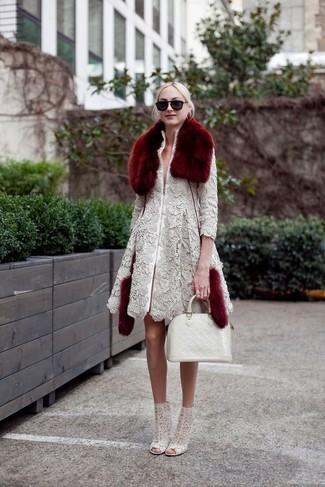 Comment porter: manteau en dentelle gris, bottines en dentelle grises, sac fourre-tout en cuir blanc, écharpe en fourrure bordeaux