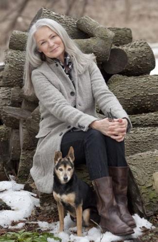 Comment porter: manteau gris, chemise de ville à carreaux noire et blanche, jean noir, bottes mi-mollet en cuir marron foncé